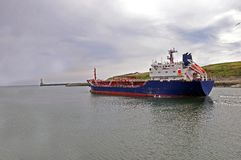 Navio do frete que parte ao mar aberto foto de stock royalty free