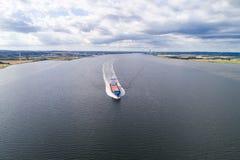 Navio do frete que sae do porto de Aalborb imagens de stock royalty free