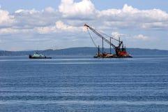 Navio do reboque e guindaste da barca Imagens de Stock