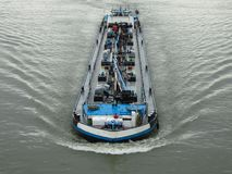Navio do rio que transporta a carga fotografia de stock royalty free