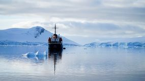 Navio do turista ancorado na água calma da Antártica foto de stock royalty free