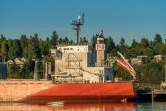 Navio e barco ao longo de Budd Bay, Puget Sound imagem de stock