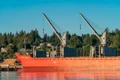 Navio e barco ao longo de Budd Bay, Puget Sound imagens de stock royalty free