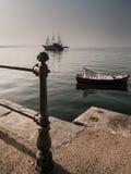 Navio e barco em Tessalónica Fotos de Stock