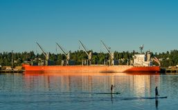 Navio e caiaque ao longo de Budd Bay, Puget Sound fotografia de stock