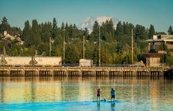 Navio e caiaque ao longo de Budd Bay, Puget Sound imagem de stock royalty free