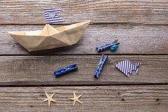 Navio e peixes de papel no fundo de madeira Fotos de Stock Royalty Free