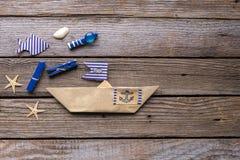 Navio e peixes de papel no fundo de madeira Fotos de Stock