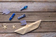 Navio e peixes de papel no fundo de madeira Imagem de Stock Royalty Free