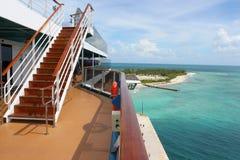Navio e praia tropicais Foto de Stock Royalty Free