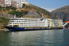 Navio em Yangtze Three Gorges pequeno em Wushan China Fotos de Stock Royalty Free