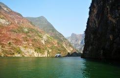 Navio em Yangtze Three Gorges pequeno em Wushan China Fotos de Stock