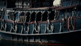 Navio escuro do galeão com os canhões que navegam no mar, embarcação de madeira velha do pirata filme