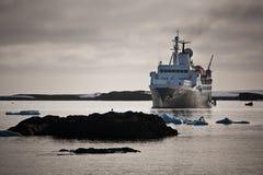 Navio grande em Continente antárctico Imagens de Stock
