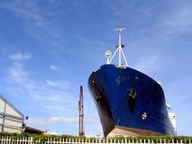 Navio grande em um estaleiro Fotografia de Stock Royalty Free