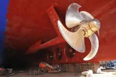 Navio grande sob a reparação na doca seca de flutuação no estaleiro Fotografia de Stock