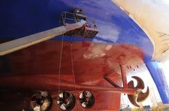 Navio grande sob a reparação na doca seca de flutuação no estaleiro Imagens de Stock Royalty Free