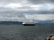 Navio mercante da carga do mar que navega o oceano azul fotos de stock