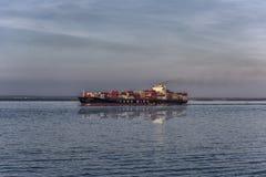 Navio mercante que sae da Botânica do porto, Sydney Foto de Stock Royalty Free