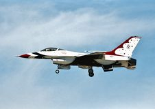 Navio número 5 que dos Thunderbirds do U.S.A.F. uma General Dynamics F-16C 87-0325 executa em um airshow em abril de 2003 Fotos de Stock Royalty Free