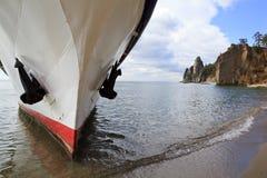 Navio na costa do Lago Baikal Fotografia de Stock