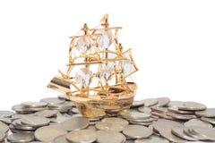 Navio nas moedas Fotos de Stock