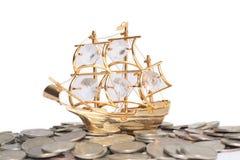 Navio nas moedas Imagens de Stock
