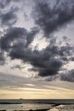 Navio no horizonte com nuvens Fotografia de Stock Royalty Free
