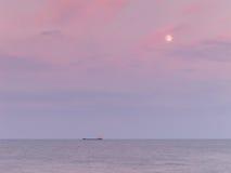 Navio no horizonte no crepúsculo Imagem de Stock Royalty Free