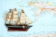 Navio no mapa imagens de stock royalty free