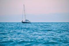 Navio no mar azul Fotografia de Stock
