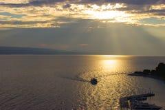 Navio no mar na luz do sol no por do sol foto de stock