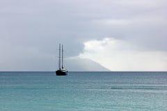 Navio no mar perto de Mahe Fotos de Stock