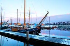 Navio no nascer do sol em Reitdiephaven, Groningen imagem de stock