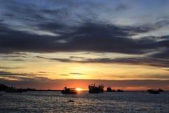 Navio no por do sol do mar Fotografia de Stock