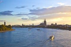 Navio no rio Rhein pela água de Colônia fotos de stock