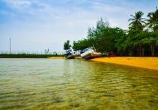 Navio oxidado e abandonado no Sandy Beach amarelo quieto no ar fresco do nascer do sol da manhã imagem de stock