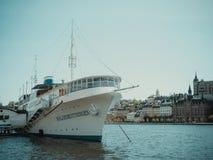 Navio pelo mar no centro da cidade de Helsínquia verão imagens de stock