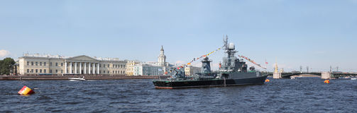 Navio pequeno Kazanec do antissubmarino nas águas do rio Nev Foto de Stock Royalty Free