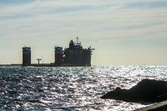 Navio pesado do elevador do fiorde perto do porto de Rotterdam Foto de Stock Royalty Free