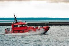 Navio piloto vermelho que navega ao mar Báltico Fotos de Stock