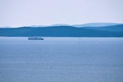 Navio por poucas ilhas no horizonte Fotos de Stock Royalty Free