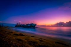 Navio prendido areia na praia do kollam fotografia de stock