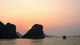 Navio que cruza na baía longa do Ha Baía longa do Ha nós a maioria de destino famoso do curso em Vietname, Ásia Por do sol vídeos de arquivo