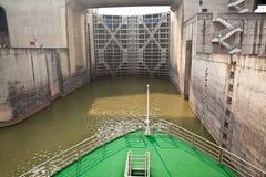 Navio que entra no primeiro fechamento de Three Gorge Dam Foto de Stock Royalty Free
