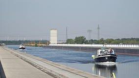 Navio que move-se próximo através da ponte da água, Magdeburgo, Alemanha 30 09 2018 filme