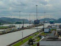 Navio que retira o canal de Panamá foto de stock royalty free