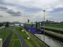 Navio que retira o canal de Panamá fotos de stock royalty free
