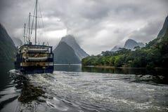 Navio que sae em Milford Sound foto de stock royalty free