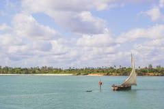 Navio que viaja ao longo da costa de Zanzibar foto de stock